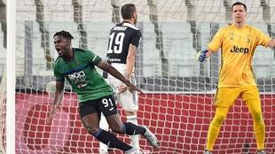 Duván Zapata celebra después de marcarle un gol a la Juventus.