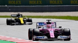 Un auto del Racing Point es perseguido por uno de Renault