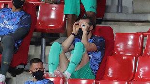 Gareth Bale, haciendo un gesto en la grada de Los Cármenes.