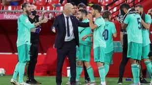 Jugadores del Real Madrid reciben instruucciones de Zinedine Zidane.