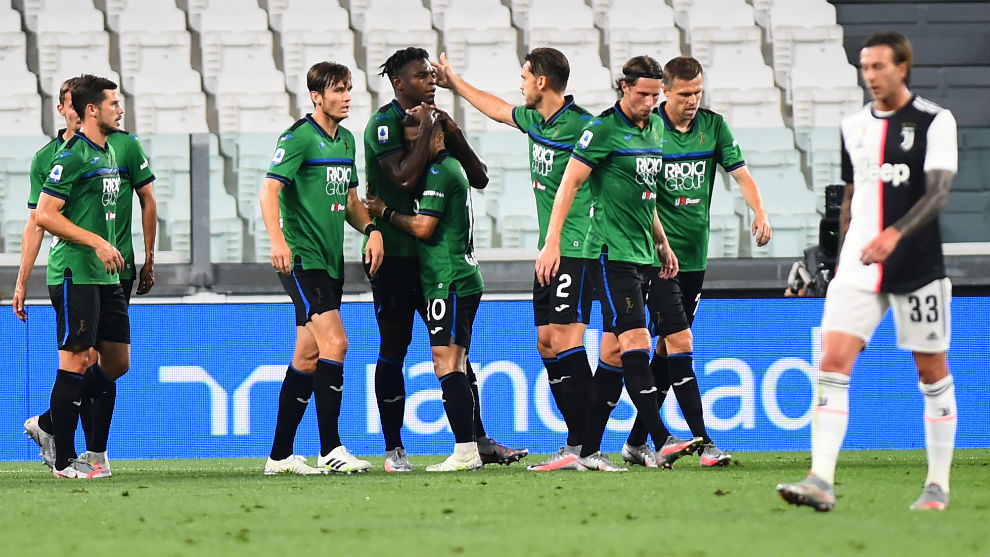 Los jugadores del Atalanta celebran uno de los dos tantos anotados...