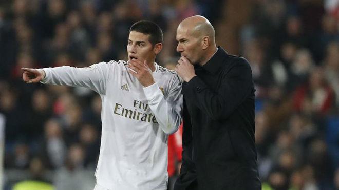 James habla con Zidane durante un parido de esta temporada