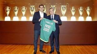 Casillas posa con Florentino en la sala de trofeos del Bernabé