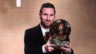 Messi posa con el último Balón de Oro que ganó
