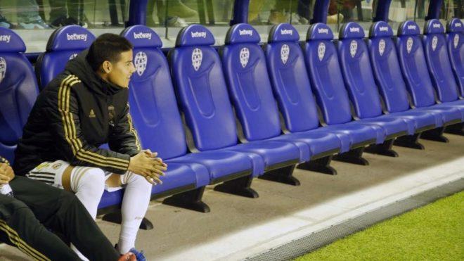 James, sentado solo en el banquillo, en el partido ante el Levante