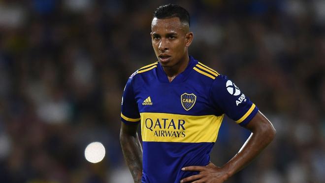 Sebastián Villa mira fijamente en un partido con Boca.