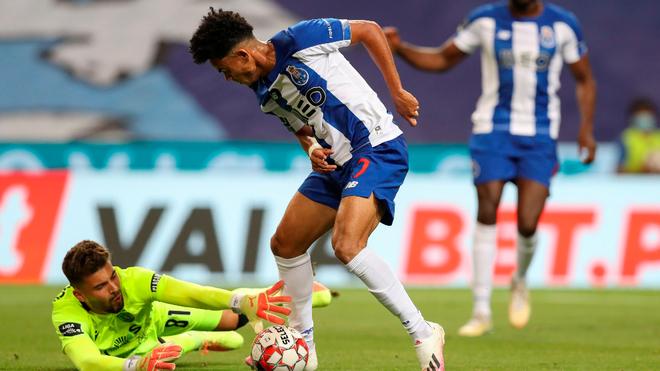 Luis Díaz deja en el camino a Luís Maximiano en el último partido...