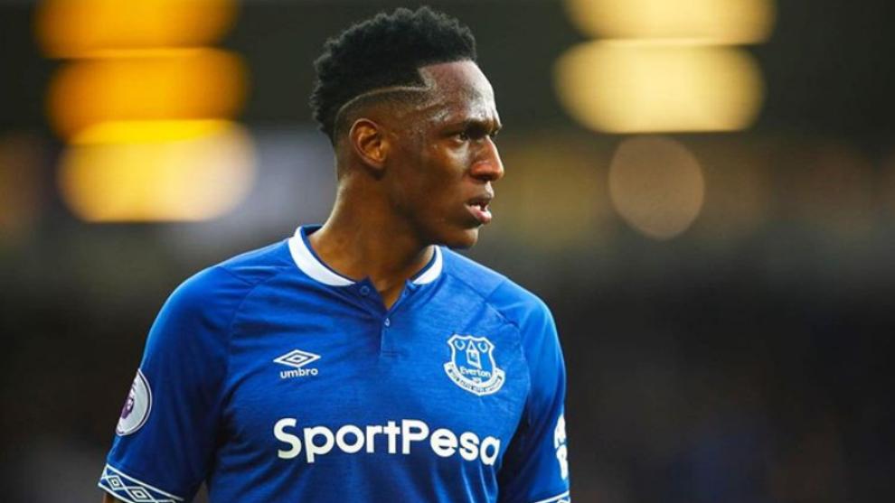 Yery Mina, en un duelo con el Everton