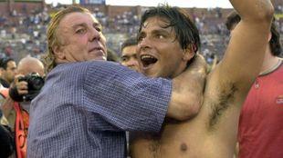 El técnico de Racing , Reinaldo Merlo, abraza a su jugador...