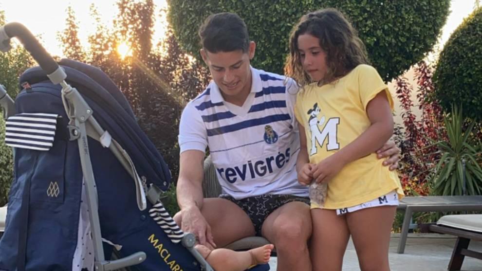 James Rodríguez, con ropa deportiva del Oporto junto a sus hijos