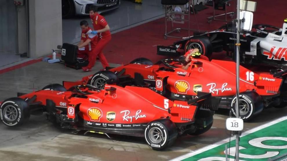 Los monoplazas de Vettel y Leclerc, aparcados en el box de Ferrari
