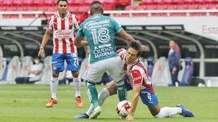 Acción de juego en el partido entre Chivas de Guadalajara y León.