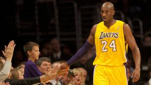 Kobe Bryant saludando a los aficionados.