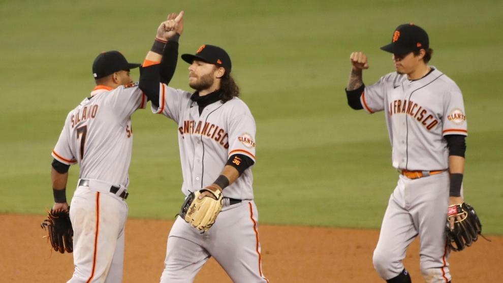 Jugadores de los Gigantes de San Francisco celebran la victoria ante...