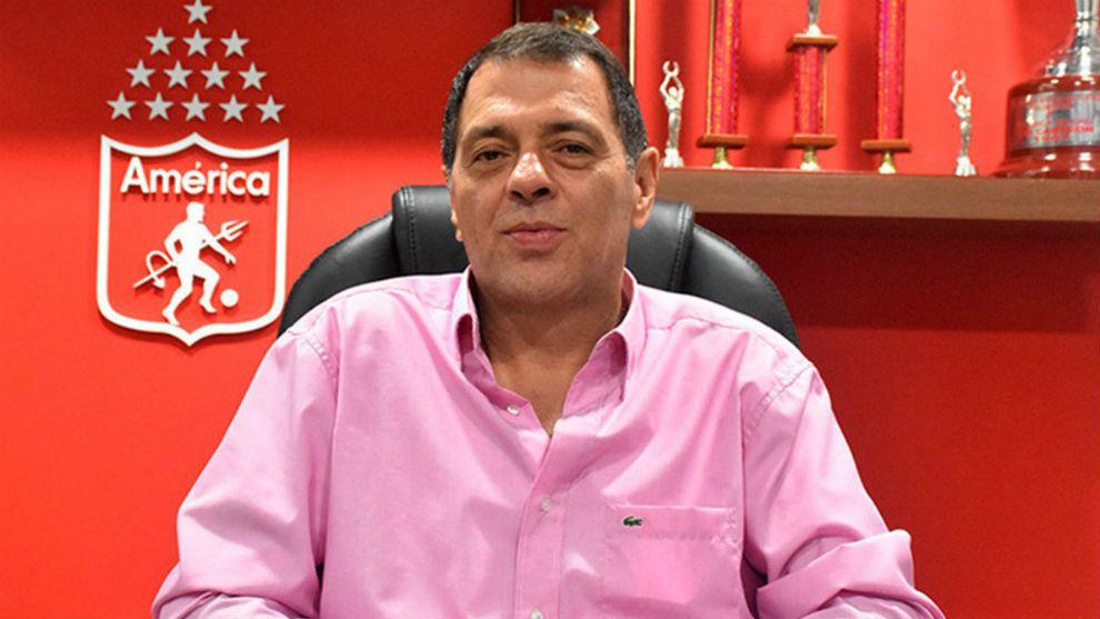 Tulio Gómez en las oficinas del América.