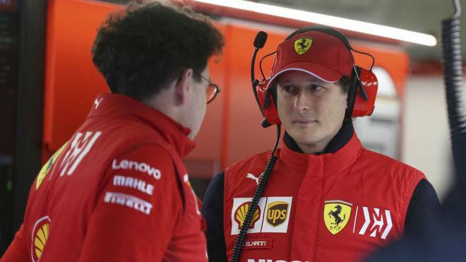 Binotto y Elkann en el box de Ferrari.
