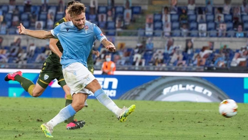 Ciro Immobile remata al arco antes de anotar un gol en la Serie A.
