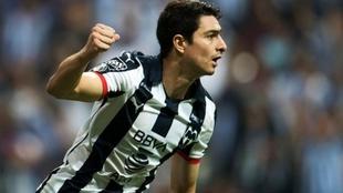 Stefan Medina, en una acción de partido con Monterrey