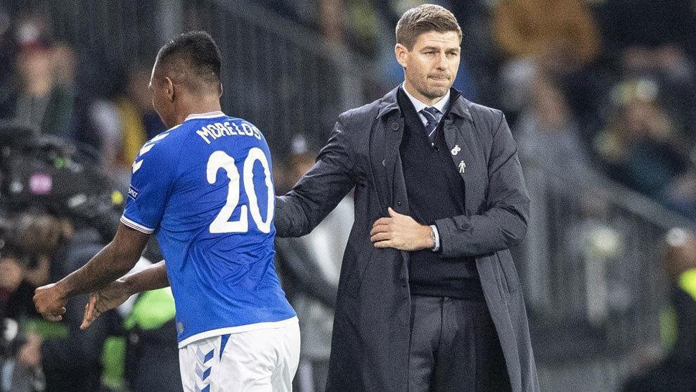 Alfredo Morelos y Steven Gerrard durante un encuentro del Rangers.