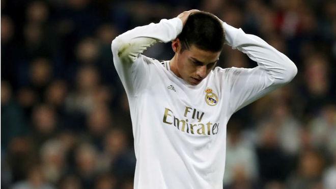 James se lamenta durante un partido con el Real Madrid