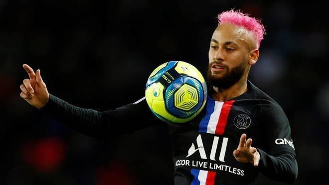 Neymar controla el balón durante el partido con el PSG