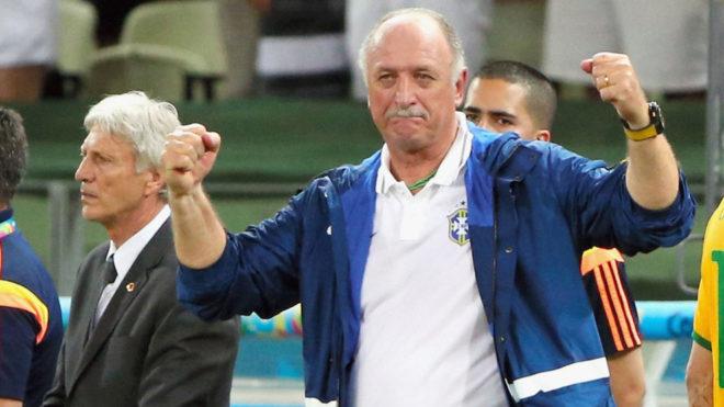 Scolari celebra durante el juego entre Brasil y Colombia en la Copa...