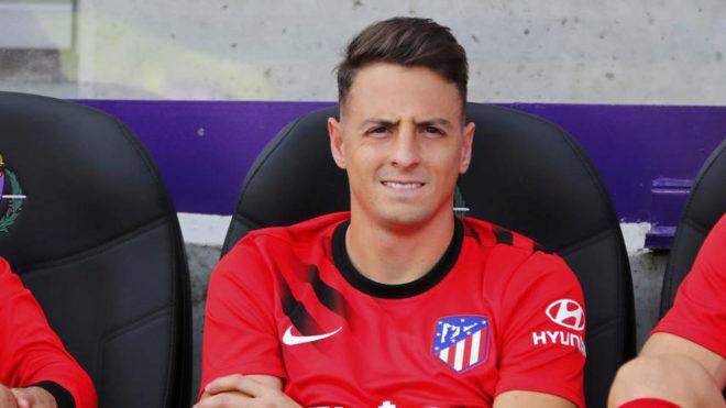 Santiago Arias, en el banquillo del Atlético