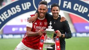 Pierre-Emerick Aubameyang y Mikel Arteta, con la FA Cup.