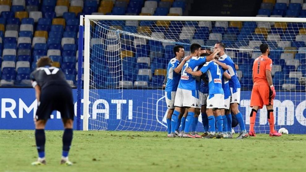 Jugadores del Nápoles celebran un gol contra la Lazio.