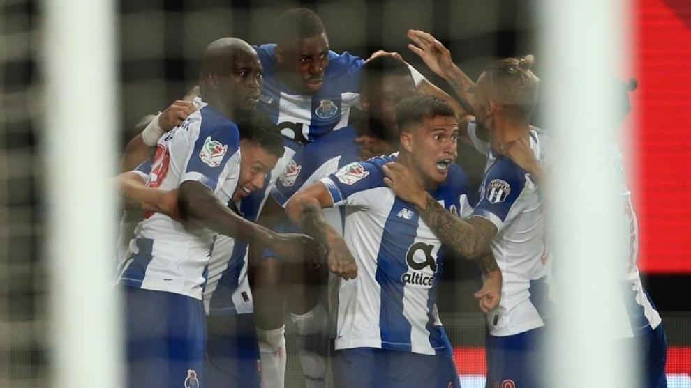 Jugadores del Oporto celebran un gol en la final de la Copa de...