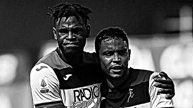 Duván Zapata y Luis Fernando Muriel se abrazan durante un partido del...