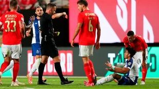 Luis Díaz, a punto de ser expulsado en la final de Copa frente al...