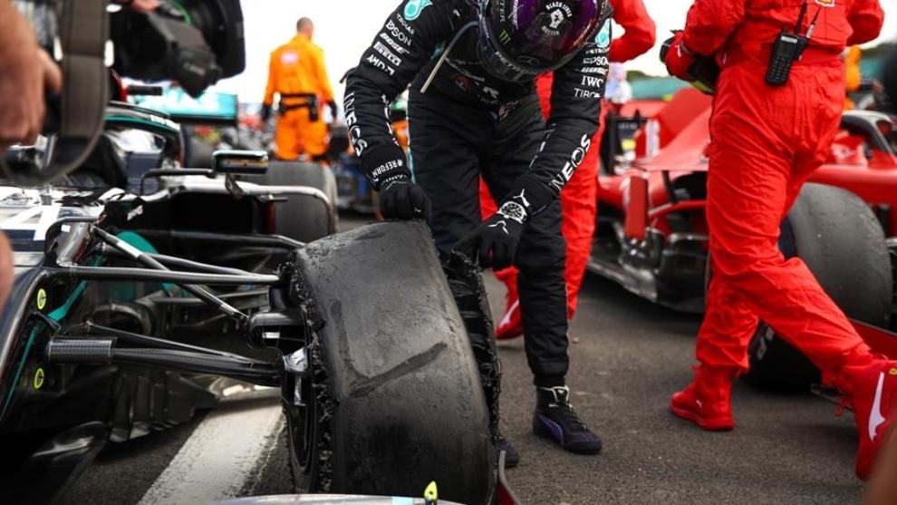 La llanta pinchada de Lewis Hamilton al final de la carrera en...