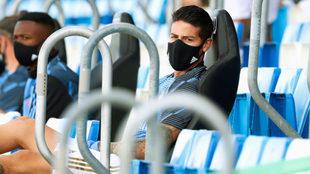 James, en la grada y con tapabocas, durante un partido del Real Madrid...