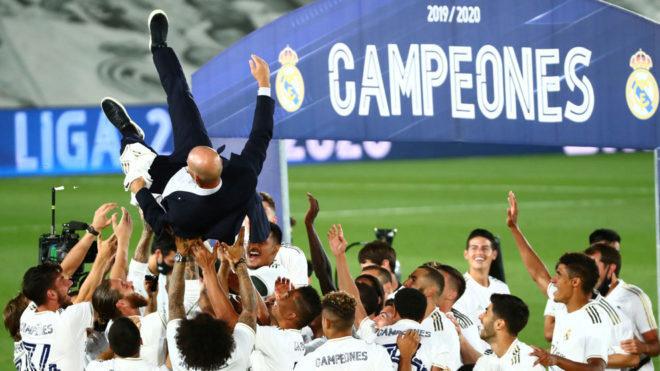 Zidane, manteado por los jugadores del Real Madrid tras ganar la Liga