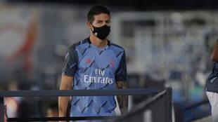James Rodríguez, con tapabocas, durante su última etapa en el Real...