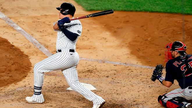 Urshela conecta un sencillo con los Yankees.