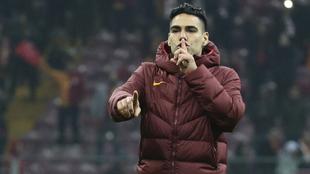 Falcao y un ritual con los hinchas del Galatasaray.