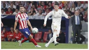 James enfrenta a Koke durante un Real Madrid-Atlético de Madrid.