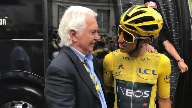 Gianni Savio saluda a Egan Bernal en el pasado Tour.