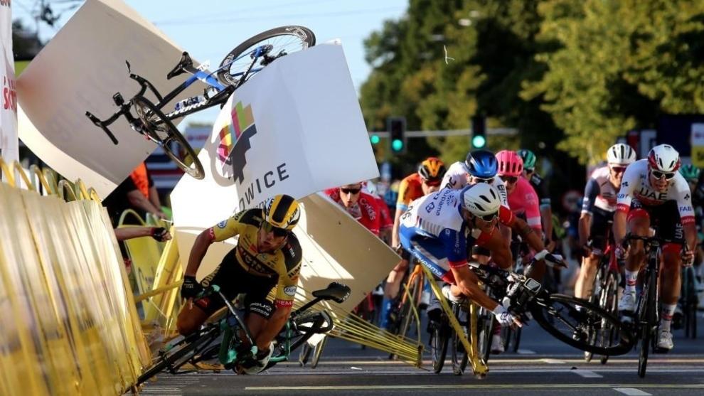 Momento del la caída en la Vuelta a Polonia.