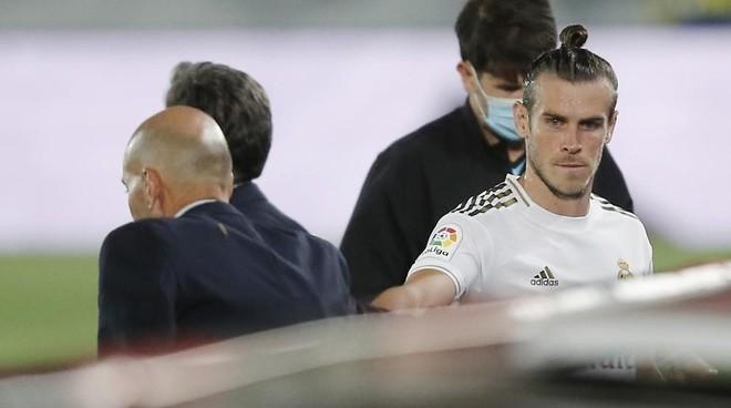 Zidane y Bale se tienden l amano sin mirarse en un partido del Real Madrid