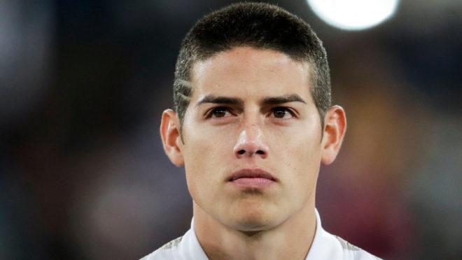 James, con la mirada fija en un juego del Real Madrid.