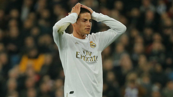James se lamenta durante un partido con el Real Madrid