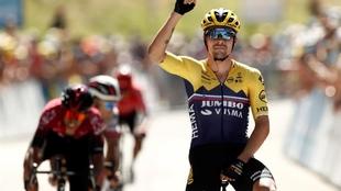 Tour de l'Ain: Primoz Roglic levanta los brazos en señal de...