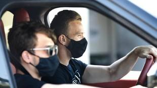 Arthur en su vehículo, accediendo a la ciudad deportiva del Barcelona