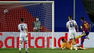 Lionel Messi anota contra el Nápoles.