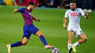 Luis Suárez enfrenta a Kostas Manolas.