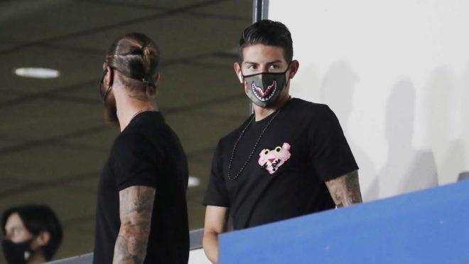 James, en la grada junto a Ramos, en uno de los últimos partidos de...
