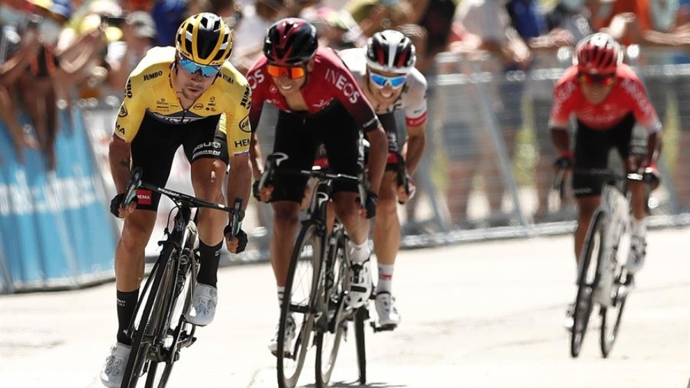 Primoz Roglic del Jumbo Visma cruza la meta por delante de Egan Bernal...